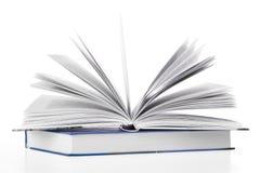 Open boek dat op dicht boek rust Stock Fotografie