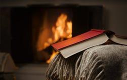 Open boek door open haard. Stock Foto's