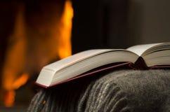 Open boek door open haard. stock foto