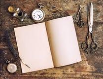 Open boek en antieke het schrijven hulpmiddelen Uitstekende stijl Stock Afbeelding