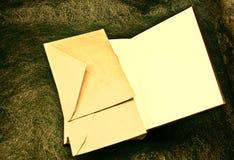 Open boek en enveloppen Stock Afbeelding