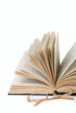 Open boek en glazen Royalty-vrije Stock Afbeeldingen