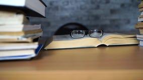 Open boek en glazen op Bureau in bureau of bibliotheek Het leren concepten stock video