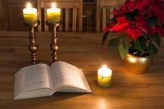 Open boek en kaarsen Stock Fotografie