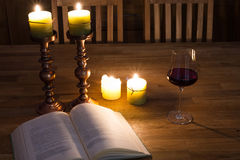 Open boek en kaarsen Royalty-vrije Stock Afbeeldingen