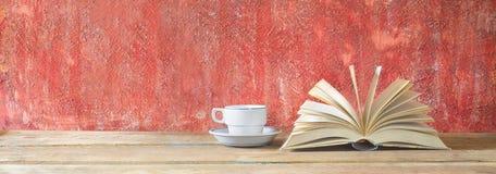 Open boek en kop van koffie, goede exemplaarruimte Stock Foto