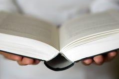 Open boek in handen Stock Afbeelding
