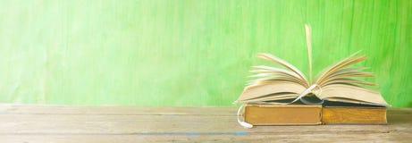 Open boek, lezing, het leren, onderwijsconcept, panoramaformaat royalty-vrije stock fotografie