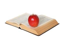 Open Boek met een Geïsoleerdeu Appel stock foto