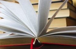 Open boek met een vage achtergrond Stock Afbeelding