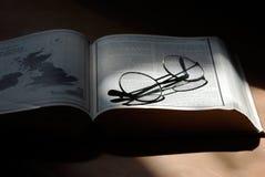Open boek met glazen Royalty-vrije Stock Foto's