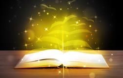 Open boek met gouden gloed royalty-vrije stock afbeeldingen