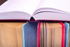 Open boek, boek met harde kaft bookson heldere kleurrijke achtergrond Stock Foto