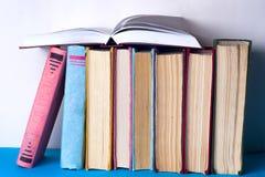 Open boek, boek met harde kaft bookson heldere kleurrijke achtergrond Stock Fotografie