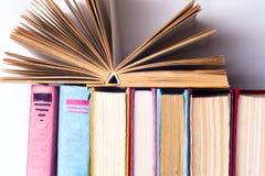 Open boek, boek met harde kaft bookson heldere kleurrijke achtergrond Stock Afbeeldingen