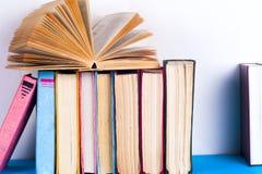 Open boek, boek met harde kaft bookson heldere kleurrijke achtergrond Stock Foto's