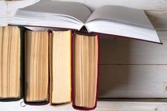 Open boek, boek met harde kaftboeken op heldere kleurrijke achtergrond Stock Fotografie