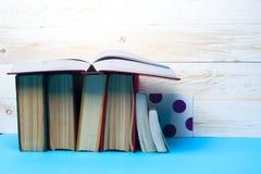 Open boek, boek met harde kaftboeken op heldere kleurrijke achtergrond Stock Afbeelding