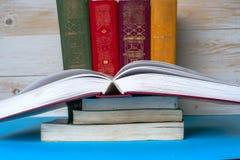 Open boek, boek met harde kaftboeken op heldere kleurrijke achtergrond Stock Foto
