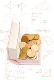 Open boek met muntstukken Het lezen maakt u rijker stock afbeelding