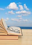 Open boek op bureau en overzees Royalty-vrije Stock Afbeelding