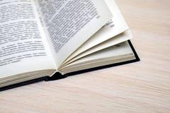 Open boek op de lijst, close-up royalty-vrije stock afbeelding