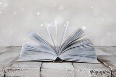 Open boek op het bureau stock fotografie