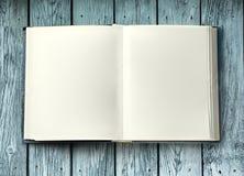 Open boek op houten achtergrond stock foto