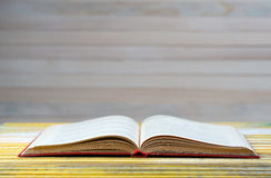 Open boek op houten lijst Stock Foto's