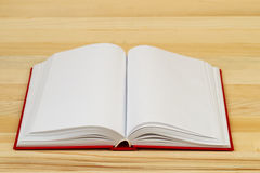 Open boek op houten lijst Stock Afbeeldingen
