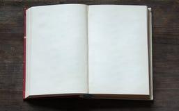 Open boek op oude houten achtergrond royalty-vrije stock foto