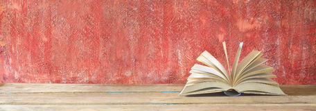 Open boek op rode grungy achtergrond Stock Foto