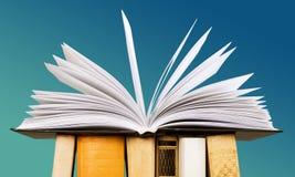 Open boek op stapelboeken stock fotografie
