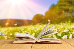 Open boek op tablet stock afbeeldingen