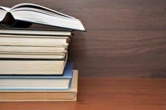 Open boek op vele boeken in een houten boekenkast royalty-vrije stock foto's