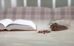 Open boek op witte lijst en koffiebonen, onderwijsconcept stock afbeeldingen