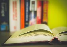 Open boek, stapel kleurrijke die boek met harde kaftboeken op witte achtergrond worden geïsoleerd Terug naar School Exemplaarruim Stock Foto's
