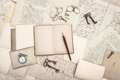 Open boek, uitstekende toebehoren, oude brieven stock afbeelding