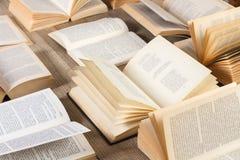 Open boeken op een houten bureau Stock Foto's