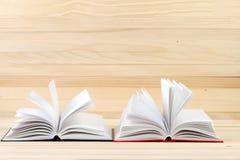 Open boeken op houten lijst Royalty-vrije Stock Foto