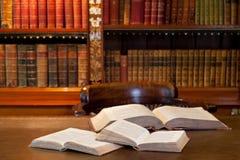 Open boeken in studie of bibliotheek Stock Foto