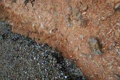 Open cirkels riverbank dat vertoningen de lagen van rots Royalty-vrije Stock Afbeelding