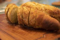 Open cortou o pão de alho na placa de madeira fotografia de stock