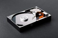Open a démonté le disque dur sur le fond en plastique noir photographie stock
