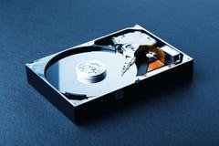 Open a démonté le disque dur sur le fond en plastique noir Bleu à photos stock