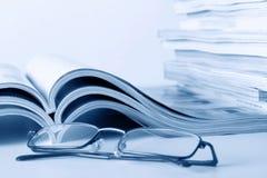 Open dagboeken met glazen royalty-vrije stock foto