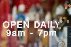 Open dagelijks 9am tot 7pm Stock Afbeelding