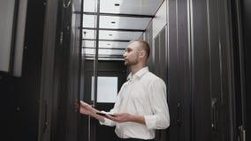 Open de serverrek van de systeembeheerder voor kenmerkend met telefoon stock video