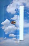 open deur aan bewolkte hemel Stock Afbeeldingen