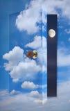 open deur aan bewolkte hemel Stock Afbeelding